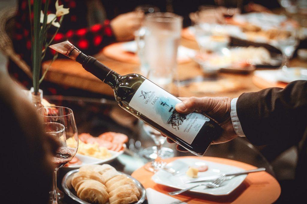 Vin servi pendant repas au restaurant